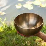 Acqua energizzata con le campane tibetane: come nasce e perché donerebbe benessere a corpo e mente